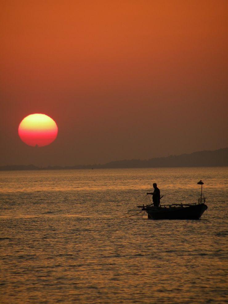 Pose des filets au soleil couchant, Épire, Grèce