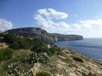 Belles falaises près de la Grotte Bleue, à Malte