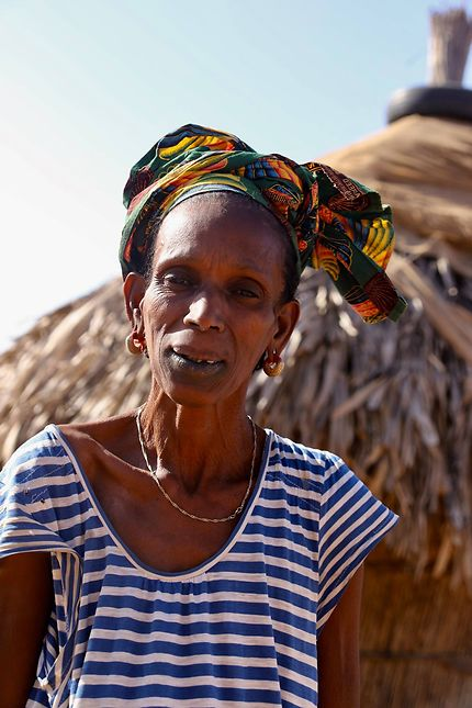 Femme peul en bord de route
