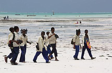 écoliers sur la plage de Jambiani