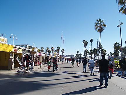 Promeneurs sur Venice Beach