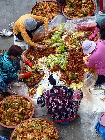Des femmes préparent le kimchi à Séoul