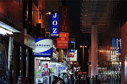Rue commerçante, de nuit
