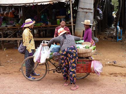 Marchand à vélo à Kampong Phluk