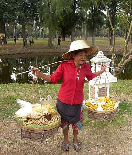 Une vendeuse ambulante autour des temples