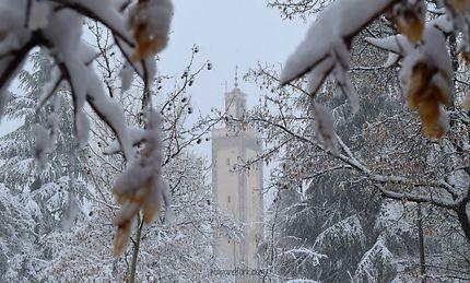 Minaret sous la neige à Ifrane