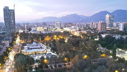 Routes illuminées de Tirana, vue de la Sky Tower