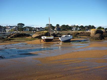 Bateaux sur la plage des goélands, Trégastel