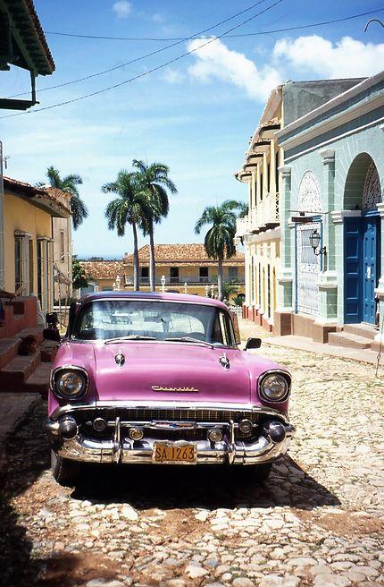 Rue typique de Trinidad avec voiture américaine
