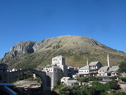Vieille ville et colline à la croix