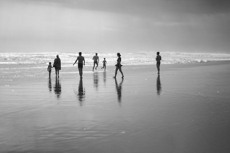 Silhouettes sur la plage de Kuta, Bali