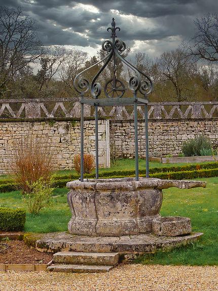 Puit dans les jardins château de la Roche Courbon