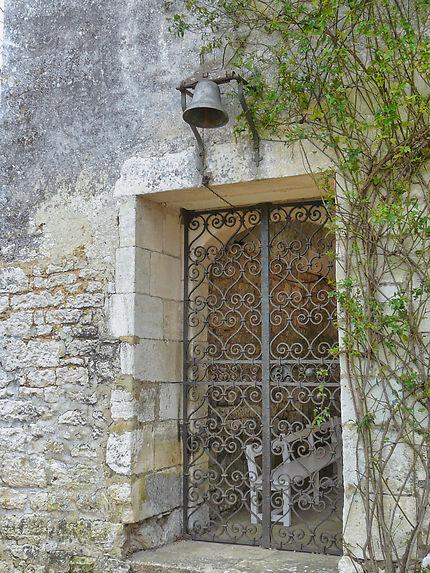 Une porte en fer forgé