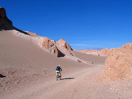 Vététiste dans la vallée de la mort Atacama