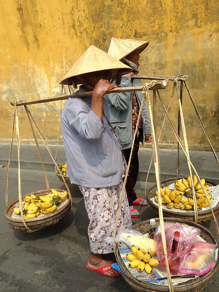 Vietnamiennes vendant des fruits à Hoî An