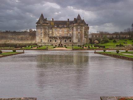 Château La Roche Courbon et son étendue d'eau