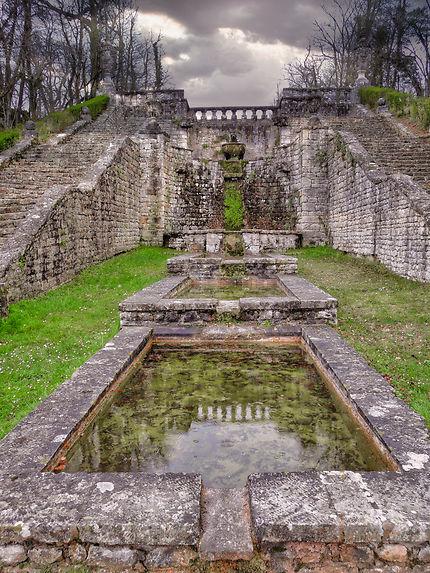 Bassins à l'arrière château La Roche Courbon