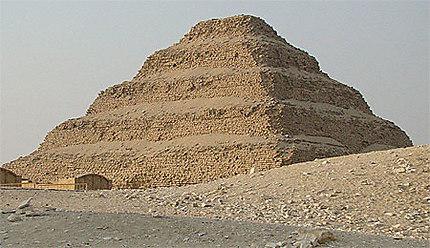Pyramide de dj ser pyramides pyramide degr s de for Architecte de pyramide