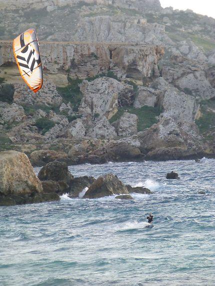 Kite surfeur à Golden Bay, Malte