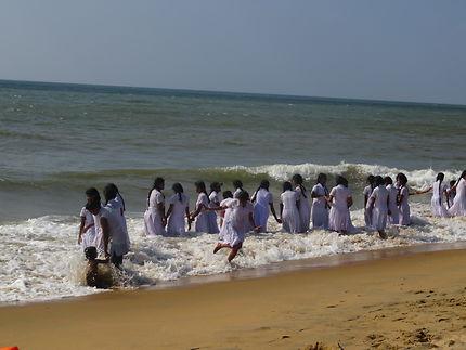 Lycéennes au bain sur la plage de Negombo