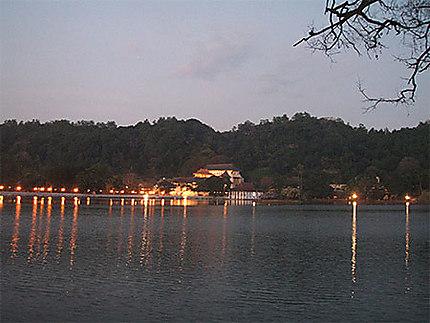 Nuit sur le lac à Kandy