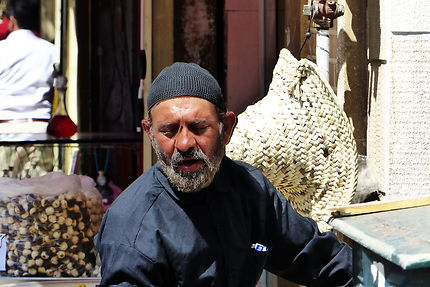 Homme songeur, bazar de Téhéran, Iran