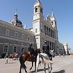 Cathédrale et policiers à cheval