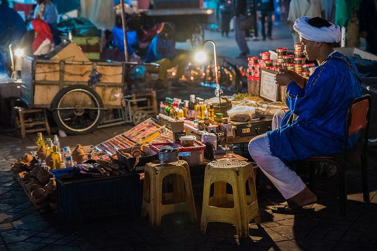 Marchand de la Place Jemaa-el-Fna, Maroc, par Lionel Taieb