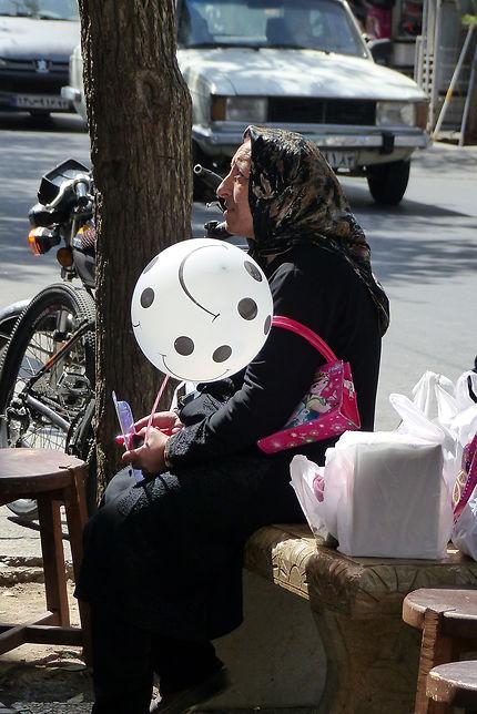 Femme et ballon à Shiraz, Iran
