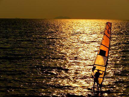 Sport de voile et coucher de soleil