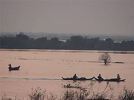 Premières lueurs du jour sur les rives du Tonle Sap