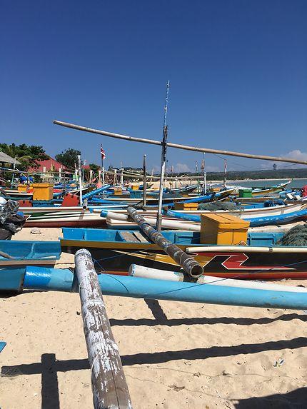 Les bateaux près de Jimbaran, marché aux poissons