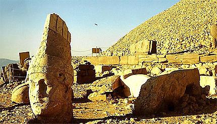 Divinité brisée, étrange mythologie de pierre