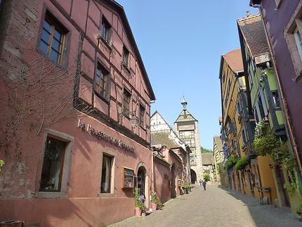 En remontant la rue principale de Riquewihr