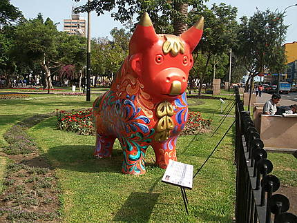 Statue de taureau au parc Kennedy (Miraflores)