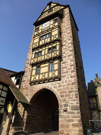 Au pied de la tour de Riquewihr