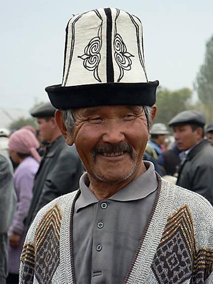 Kirghize et son chapeau traditionnel