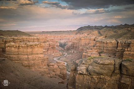 Une superbe route traverse la canyon de Charyn