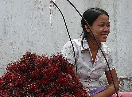 Marchande de fruits à Yangon