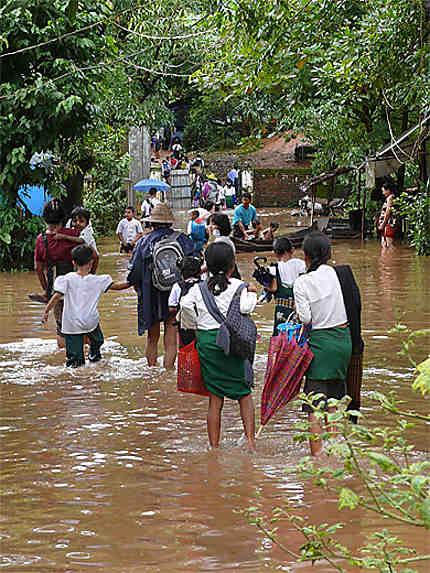 Sortie de l'école pendant la mousson