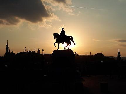 Statue équestre face au soleil