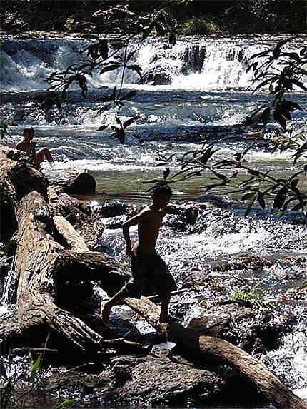 Rivière au fond d'un ravin, jeune pêcheur
