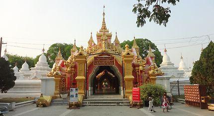 La pagode au 729 stèles de l'aphabet birman