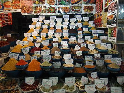Vendeur d'épices au bazar de Schiraz, Iran