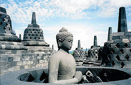 Borobudur stupas et Buddha