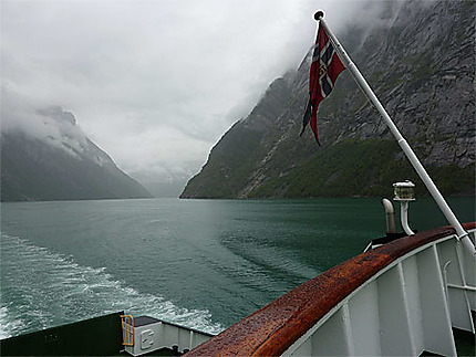Un drapeau sur le fjord