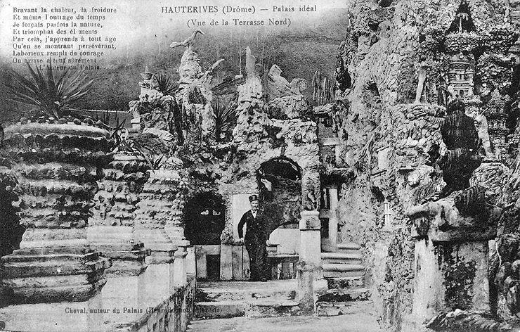 Le Facteur Cheval sur la terrasse du Palais idéal