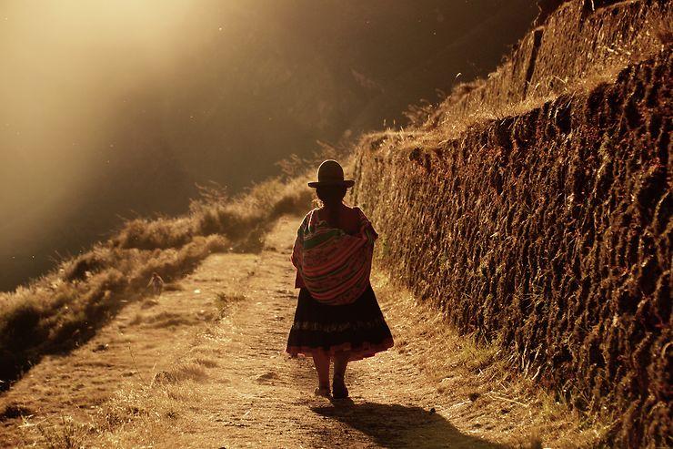 Sur les chemins au coucher du soleil, Pérou, par vincepop