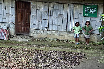 Petites filles du village de Bena