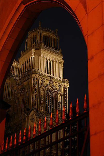 Une tour dans la nuit